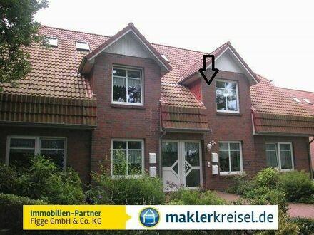Rendite Objekt in Esens: Fest vermietete Dachgeschosswohnung mit Balkon und Blick ins Grüne!