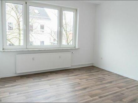 Im Herzen von Walle Komplett sanierte 2 Zimmer Wohnung mit Balkon, EBK, Bad mit Fenster und Keller