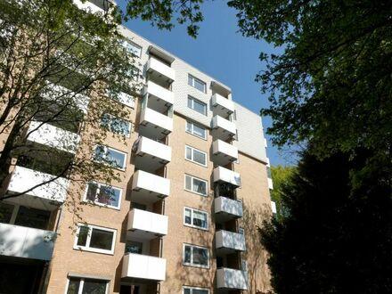Zentral und im Grünen: Helle + großzügige 3-Zimmer-Wohnung (mod.) mit sonnigem Balkon
