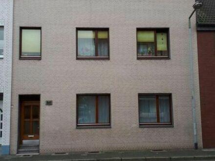 frisch renoviert: 3,5 Zi. DG-Wohnung in 3 Fam. Haus