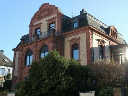 Villa mit Mansardendach