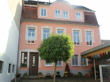 Saniertes Stadthaus mit Grünfläche, Freisitz und Innenhof!