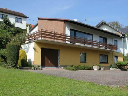 Großzügige Wohnung mit Sonnenterrasse in einem Einfamilienhaus mit ELW
