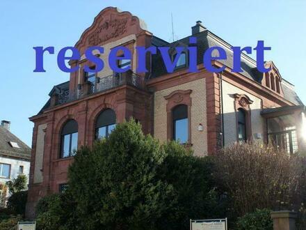Hier finden Sie eine Rarität auf dem Westpfälzer Immobilienmarkt: Neubarocke Villa mit Mansardendach!