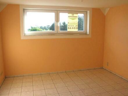 Gemütliche 2-Zi.-DG-Wohnung mit Balkon und PKW-Stellplatz in zentraler Wohnlage von Bad Honnef-Aegidienberg