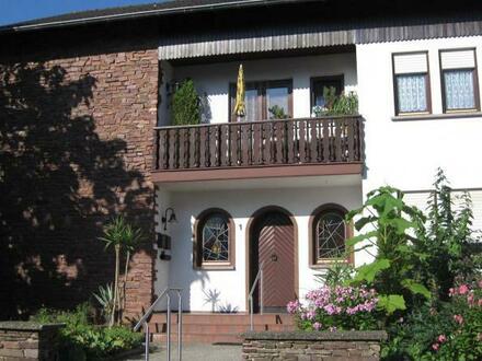 Geschmackvolle Erdgeschossetage mit großer Terrasse, Garten und Garage.
