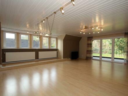 Exklusive Dachgeschosswohnung mit Einbauküche und gr. Loggia im Zweifamilienhaus