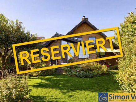 Mit Blick ins Grüne - Zweifamilienhaus mit Photovoltaikanlage ****