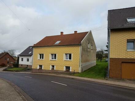 Gepflegtes Ein- bis Zweifamilienhaus mit großem Grundstück und einem Heimwerkergebäude