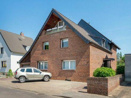 Zweifamilienhaus mit schöner Gartenanlage und Garage!