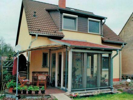 Grundstück bebaut mit EFH mit Vollkeller und Wintergarten und ZFH/Garage sowie zwei weiteren Garagen