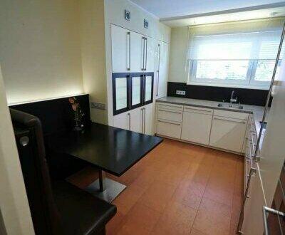 Sehr zentral - 2-Zimmerwohnung im Hochpaterre mit Parkplatz, Loggia und sehr hochwertiger Küche