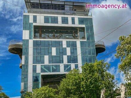 Großzügige Altbauwohnung mit kleinem Balkon in repräsentativen Stilaltbau