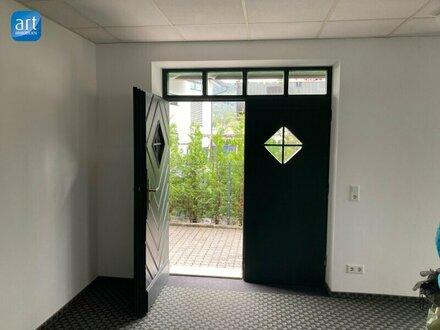 Wohnen und Arbeiten: Gepflegte Wohnung im Obergeschoß / Büroräumlichkeiten im Parterre