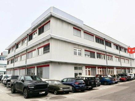 Modernes Büro mit großer Dachterrasse