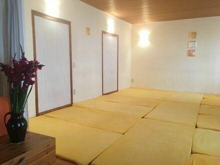 großer heller Raum für Yoga-Therapie-Meditation-Körperarbeit-Gruppen Raum