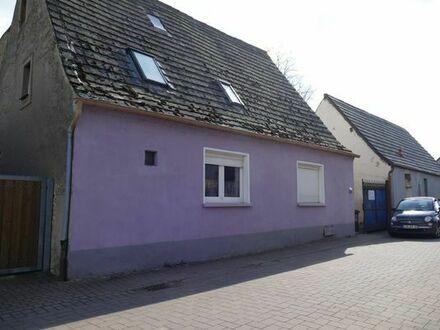 Haus mit Scheune und Autostellplätzen