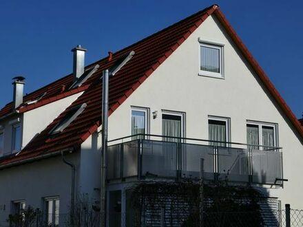 Schöne 4,5 Zi. DG Wohnung mit Balkon, 2 Keller u. 2 TG Stellplätzen