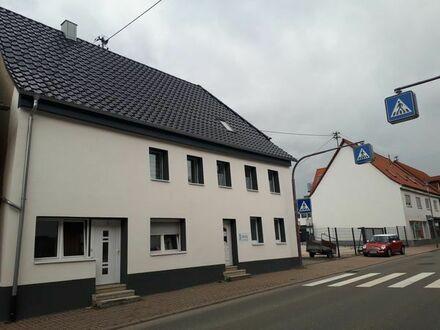Großzügiges Zweifamilienhaus mit Gewerbeeinheit und großer Garage