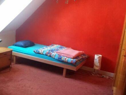 Mitbewohnerin gesucht: 2 verbundene Zimmer in gemütlichem Altbau mit super Anbindung