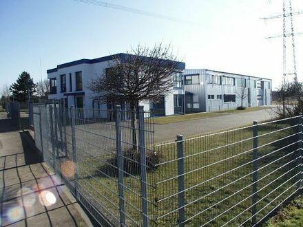 Gewerbe- Halle mit Bürotrakt, Bürogebäude mit Wohnungen und Baugrundstück!