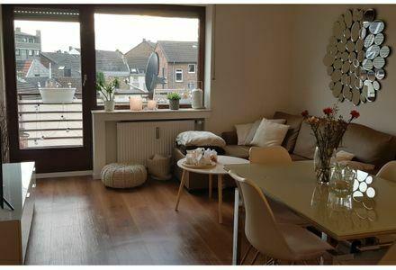 Hochwertig sanierte 2-Zimmer-Wohnung mit Balkon und Einbauküche