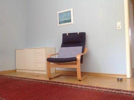 Ein vollmöbiliertes Zimmer mit eigenem großem Fensterbad in Bonn Castell
