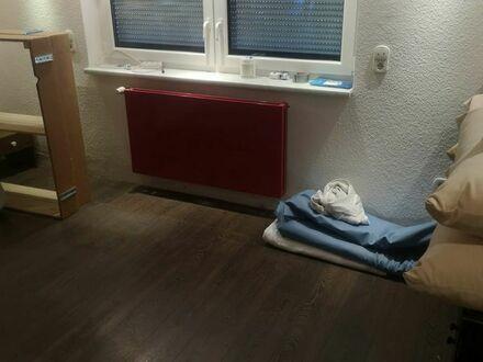 Teilmöbliertes Souterrain Zimmer mit großem Badezimmer