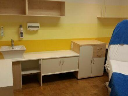 Schöner heller Raum zur Untermiete in einem Wellness Studio