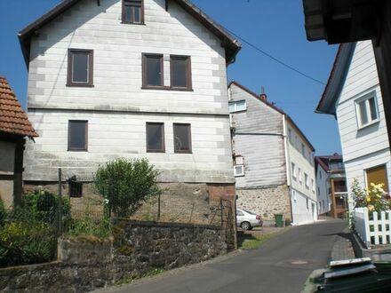 Kleines Haus mit angrenzender Scheune mit grossem Hof