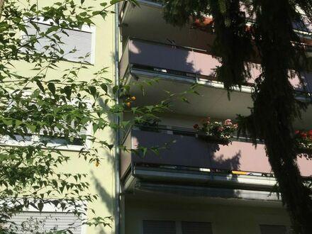 Zentral aber ruhig, mit Parkplatz vor der Tür, gepflegt vom Eigentümer, 4ZKBWC mit 2 Balkonen