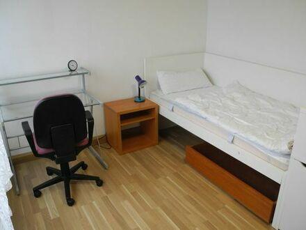 Möbliertes Helles Zimmer in 4er Frauen WG zu Vermieten