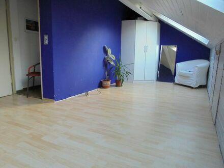 1-Zimmer-Dachwohnung nur an Frau ab 1.8. Stadtbahnnähe ruhig