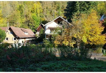 Erdgeschoß Wohnung mit Balkon in ruhiger Lage. Gut und günstig: inkl. 2 Garagen. Nah an der Natur!