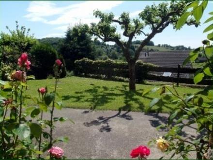 Schicke Wohnung mit Garten, Terrasse, Stellplatz und wunderschönem Ausblick ins Tal