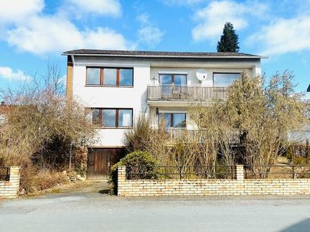 Renovierungsbedürftiges Zweifamilienhaus mit eingewachsenem Gartengrundstück in bester Lage in Windischeschenbach