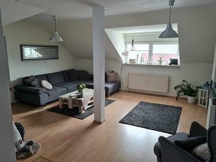 Individuelle und gemütliche 4-Raumwohnung (3. OG = DG) mit Einbauküche in einem ruhigen und gepflegten Mehrfamilienhaus…