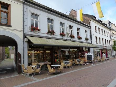 Große Gewerbeeinheit (Cafe) mit breiter Fensterfront in zentraler Lage