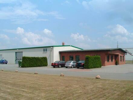 Halle mit Büro-u. Sanitärtrakt und Außenflächen