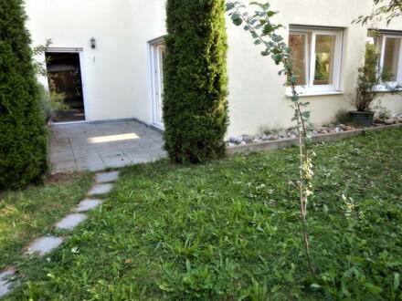 Helle, attraktive 2,5 Zimmer Untergeschoss - Erdgeschosswohnung mit Garten Große Wohnküche Siehe auch Fotos .
