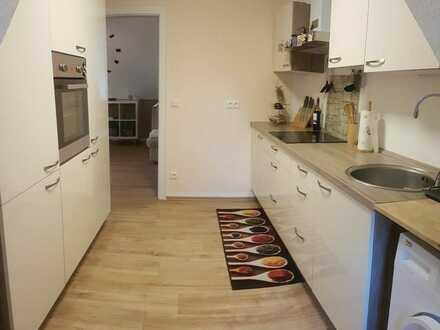 Zur Vermietung steht ab dem 01.10.2020 (oder früher) eine helle 2 Zimmer-Wohnung im DG – ca. 49 m² in einem energetisch hergestellten…