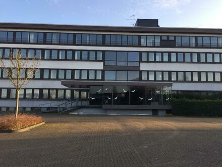 Klassisches Verwaltungsgebäude mit vielfältigen Nutzungsmöglichkeiten und ca. 2.000 m² Parkplatz