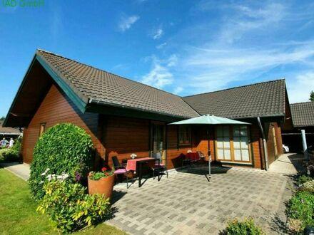 Gepflegtes ebenerdiges Holzhaus mit großem Carport und schönem Garten
