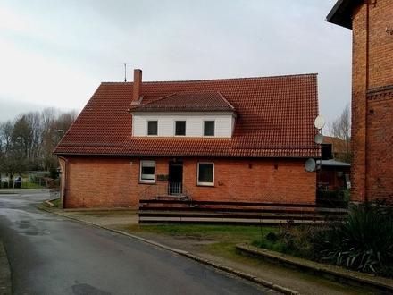 Coppenbrügge-Brünnighausen: Zwei- bis Dreifamilienhaus mit Bach