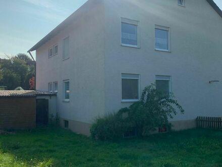 Halbes Haus in Form einer 4 Zimmer Wohnung mit Balkon,Garage und Stellplatz !!