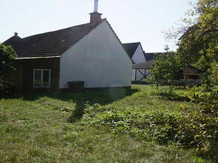 Sanierungsbedarf oder Abriß: Haus mit Nebengebäuden, ca. 1.400m² Grundst., Zufahrt von 2 Straßen.