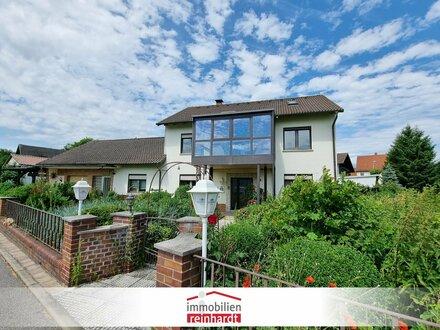 Attraktives Wohnhaus mit Einliegerbereich, Wintergarten, 3 Garagen und 1.448 m² Grund