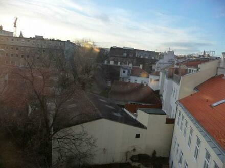 Außergewöhnliche Wohnoase mit Balkon in generalsaniertem Altbau!