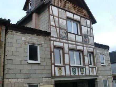 Rohbau mit Dacheindeckung und Fenster sowie Altbau für Gestalter