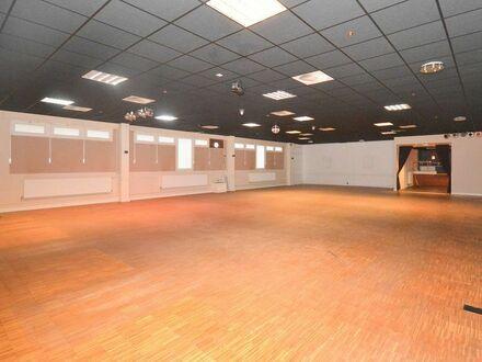 Attraktive, sehr gepflegte Gewerbehalle mit Büros und Parkplätzen im Gewerbegebiet Bad Oldesloe...
